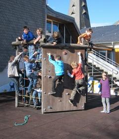 Mit Hilfe des Fördervereins konnte dieses tolle Klettergerüst für die Kinder gebaut werden.